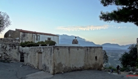 avgerinos Rocca mountainbike tour of Crete traditiol houses at Roukani
