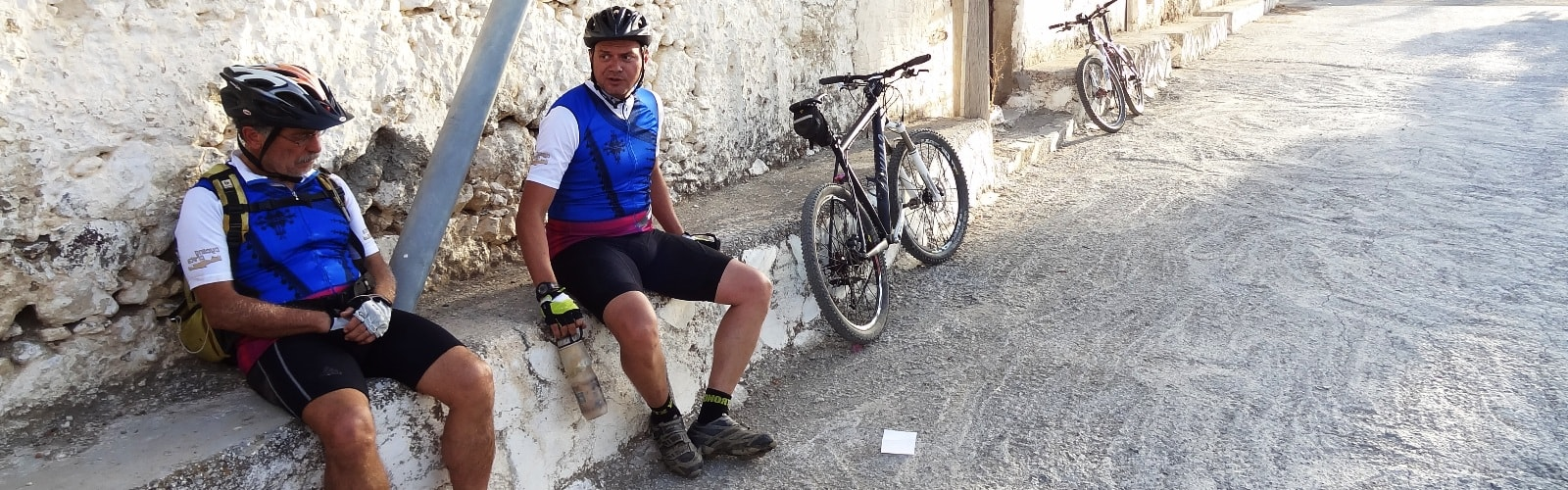 cyclists-stop-for-siesta-min