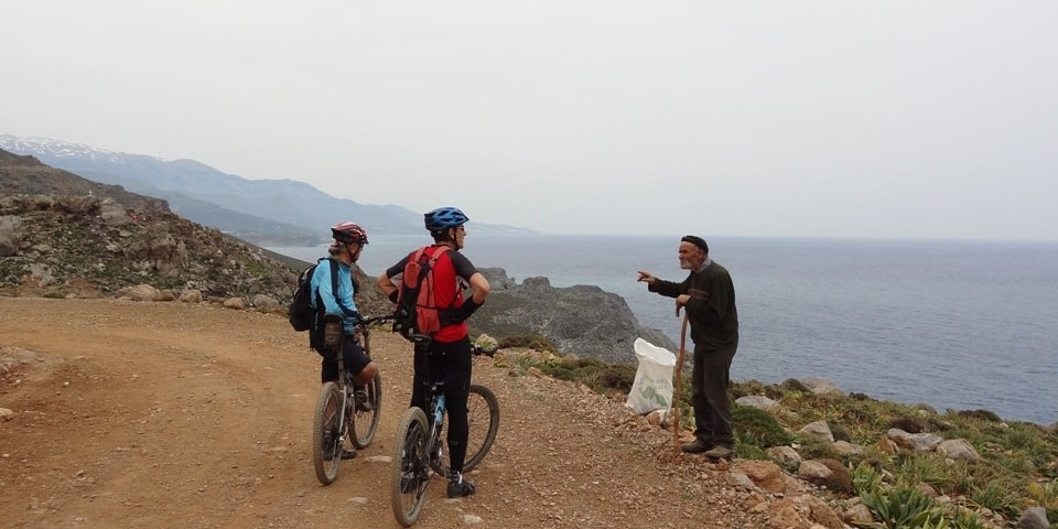 old-man-show-the-way-to-cyclists-asterousia-mountains-crete